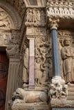 Romanische Skulpturen und Tiere auf dem Westportal der Kirche von St. Trophime stockfotografie