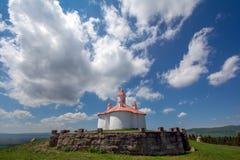Romano Catholic kapell på den Perko Sanzieni byn, Covasna County Rumänien arkivbild