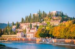 Romano de Teatro et castel San Pietro sur la rivière de l'Adige à Vérone, VE Photographie stock libre de droits