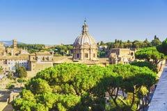 Romano del forum a Roma Italia con la cupola di vecchia cattedrale Fotografia Stock Libera da Diritti