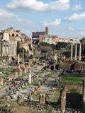 Romano y coliseo de Foro en fondo Imagen de archivo libre de regalías