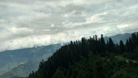 Romans gór chmury i zieleni drzewa przy pai łąkami obraz stock