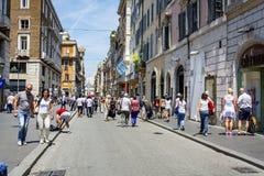 Romans och turister som strosar längs det berömt via den del Corso shoppinggatan i Rome arkivbild