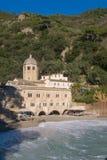 Romansk abbotskloster av San Fruttuoso nära till Portofino Royaltyfri Bild