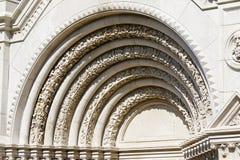 Romansk båge över ingången till kloster Arkivfoto