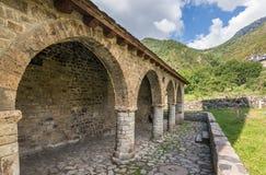 Romansk farstubro och kyrka av Santa Eulalia de Erill lavall, Catalonia, Spanien royaltyfria bilder
