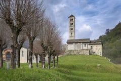 romansk kyrka för 12th århundrade av Sant 'Alessandro arkivfoton