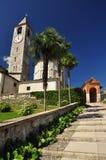 Romansk kyrka i Baveno, Lago Maggiore. royaltyfria foton