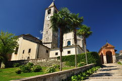 Romansk kyrka i Baveno, Lago Maggiore. royaltyfri fotografi