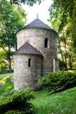 Romansk St Nicholas Rotunda på slottkullen i Cieszyn, Polen. En av de äldsta romanesquemonumenten i polermedel. fotografering för bildbyråer