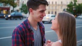 Romanska förälskelsepar att flörta söta tonåringar stock video
