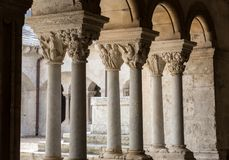 Romanska huvudstäder av kolonnerna i klosterna av abbotskloster av Montmajour nära Arles, Royaltyfria Bilder