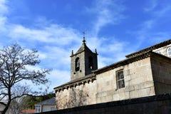 Romanska medeltida San Esteban Church Klocka torn och träd, sidosikt Allariz Orense, Spanien fotografering för bildbyråer