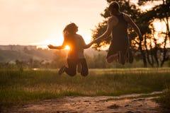 Romanska par hoppar tillsammans naturbegrepp Fotografering för Bildbyråer
