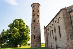 Romanskt cylindriskt klockatorn av bygdkyrkan royaltyfri foto