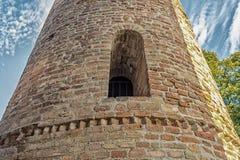 Romanskt cylindriskt klockatorn av bygdkyrkan arkivbilder