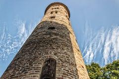 Romanskt cylindriskt klockatorn av bygdkyrkan arkivfoto