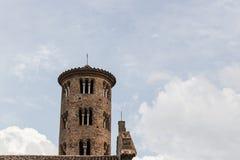 Romanskt cylindriskt klockatorn av bygdkyrkan royaltyfria foton