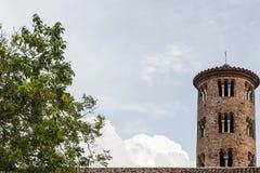 Romanskt cylindriskt klockatorn av bygdkyrkan royaltyfri fotografi