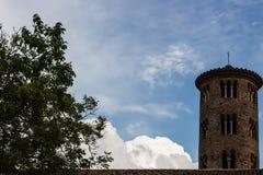 Romanskt cylindriskt klockatorn av bygdkyrkan arkivfoton