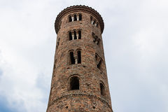 Romanskt cylindriskt klockatorn av bygdkyrkan arkivbild