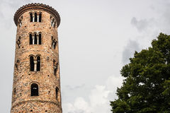Romanskt cylindriskt klockatorn av bygdkyrkan royaltyfria bilder