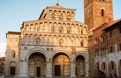 Romanskt fasad- och klockatorn av St Martin Cathedral i Lucca, Tuscany Arkivbilder