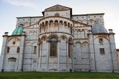 Romanskt fasad- och klockatorn av St Martin Cathedral i Lucca, Tuscany, Italien Royaltyfri Bild