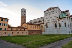 Romanskt fasad- och klockatorn av St Martin Cathedral i Lucca, Tuscany, Italien Royaltyfri Fotografi