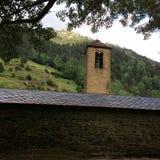 Romanskt klockatorn i Andorra arkivfoto