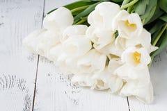Romansowy prezent, biali tulipany na jaskrawym drewnianym tle Obrazy Royalty Free