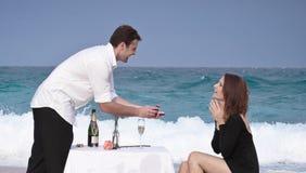 Romansowy Zaręczynowy pary miłości plaży oceanu kochanków związek obrazy stock