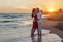 Romantic couple kissing on beach Royalty Free Stock Photography