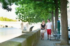 Romantic couple walking near the Seine Royalty Free Stock Photos