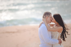 Romantic kissing loving couple on the beach Royalty Free Stock Photos