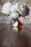 Romantically букет роз пиона и коробки сердца Стоковое Фото
