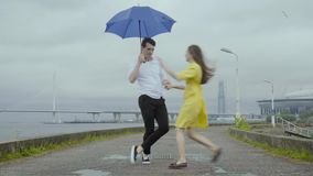 Romantically torção da dança dos pares na chuva na terraplenagem na cidade do th video estoque
