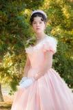 Romantiker charmig flicka i en aftonklänning i drömmar av förälskelse royaltyfria foton