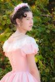 Romantiker charmig flicka i en aftonklänning i drömmar av förälskelse Royaltyfri Foto