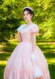 Romantiker charmig flicka i en aftonklänning i drömmar av förälskelse Arkivfoto