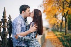 Romantiker kopplar ihop att kyssa i höst parkerar Fotografering för Bildbyråer