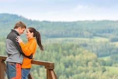 Att le kopplar ihop att krama utomhus naturbakgrund Royaltyfri Bild