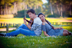 Romantiker kopplar ihop den leka gitarren Royaltyfri Bild