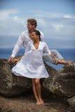 Romantiker kopplar ihop i paradis Arkivfoton