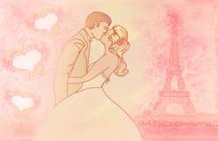 Romantiker kopplar ihop i Paris som kyssande near Eiffelen står hög. Royaltyfria Foton