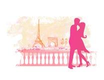 Romantiker kopplar ihop i Paris som kyssande near Eiffelen står hög. Arkivfoton