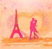 Romantiker kopplar ihop i Paris som kyssande near Eiffelen står hög Fotografering för Bildbyråer