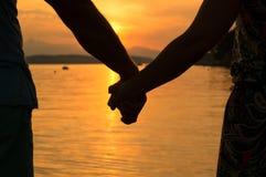 Romantiker kopplar ihop innehav räcker Arkivfoto