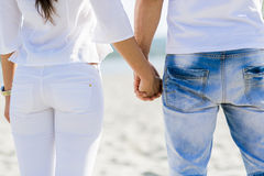 Romantiker kopplar ihop innehav räcker royaltyfri foto