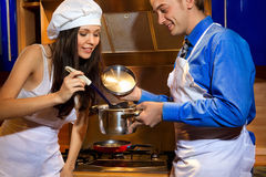 Romantiker kopplar ihop på kök Arkivbild